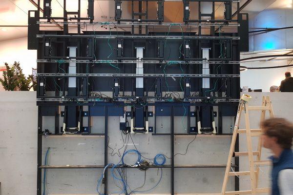 Sparkasse_Innsbruck_höhenverstellbare_Videowall_Extron_NEC_JBL_Shure_making_of_2_AVsolutions