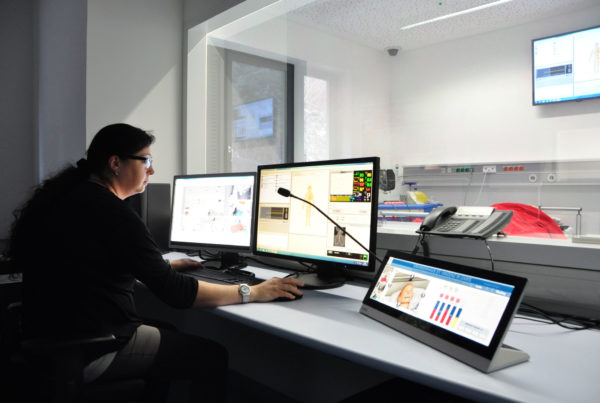 SimMan Simulation von Notfällen und Analyse im Training im Krankenhaus - Medientechnik - SMART Board - Collaboration Tools I AVsolutions