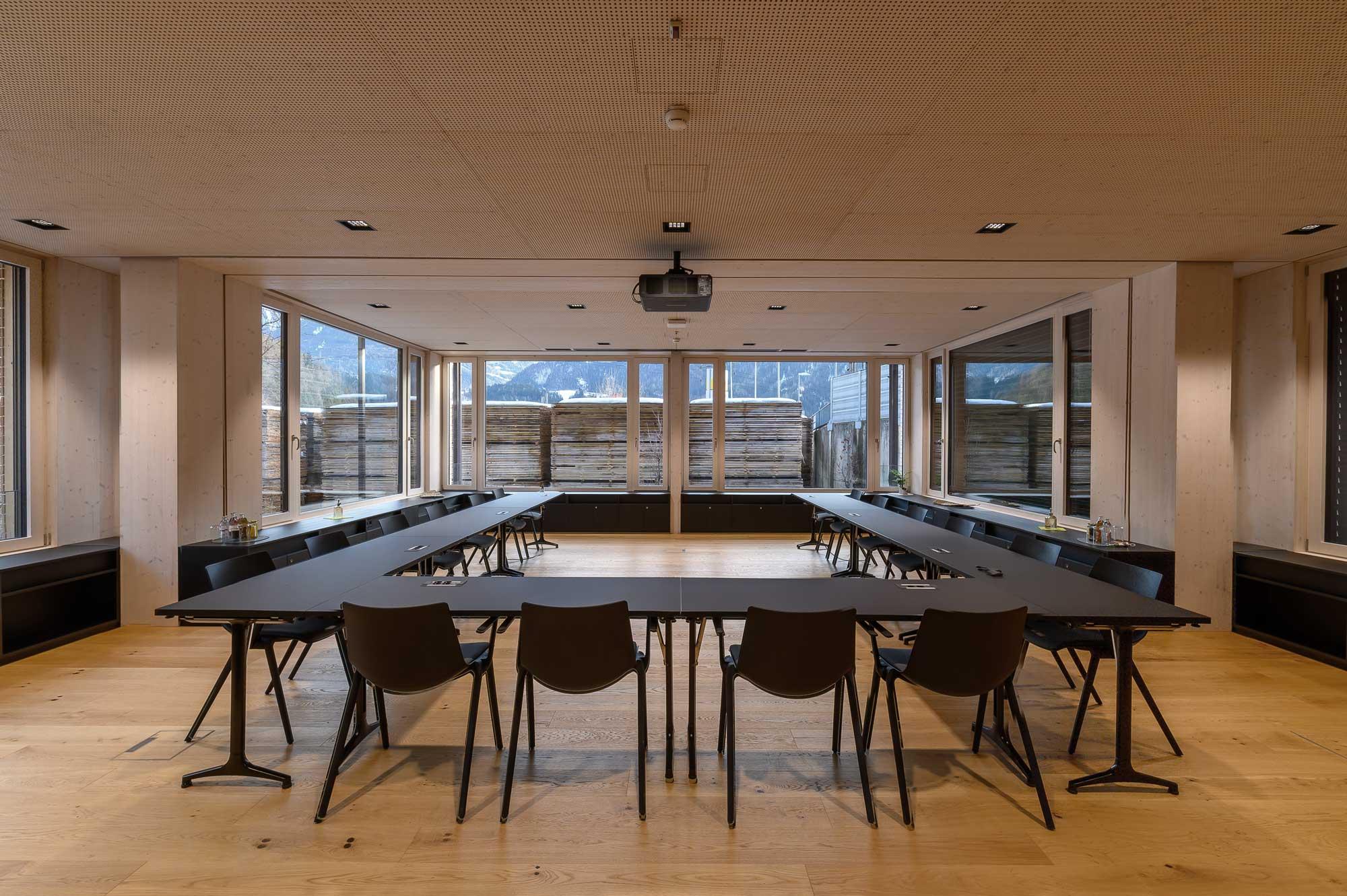 Holz Pfeifer I Referenz I großer Meetingraum I Projektor I Leinwand I Steuerung über iPad I AVsolutions